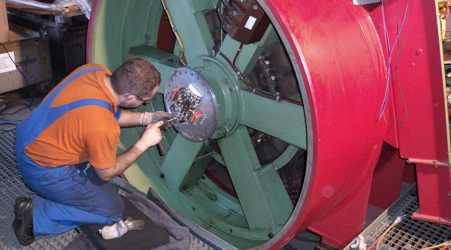 Arbeit am Elektromotor durch Mitarbeiter