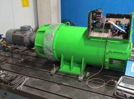Messung an offenem grünen Elektromotor